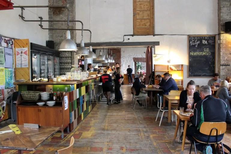 In Telliskivi findest du viele coole Restaurants - hier das F-Hoone