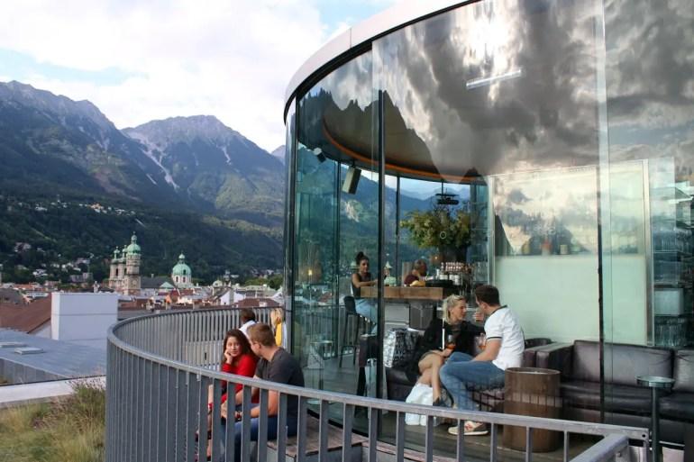 Von der 360 Grad Bar aus hast du einen Panoramablick auf die Stadt
