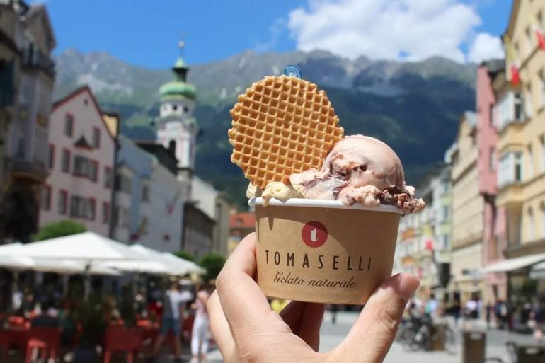 Eis mit Bergblick bei Tomaselli