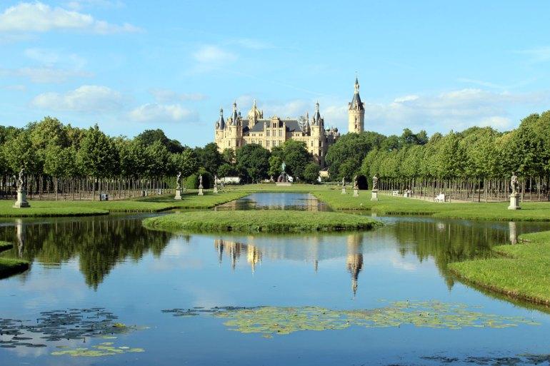 Postkartenblick: der Schlossgarten mit Blick auf das Schweriner Schloss