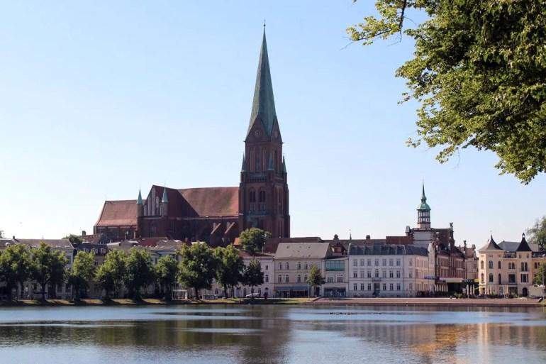 Vom Pfaffenteich hast du einen schönen Blick auf den Schweriner Dom