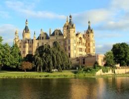 Die Abendsonne taucht das Schweriner Schloss in goldenes Licht