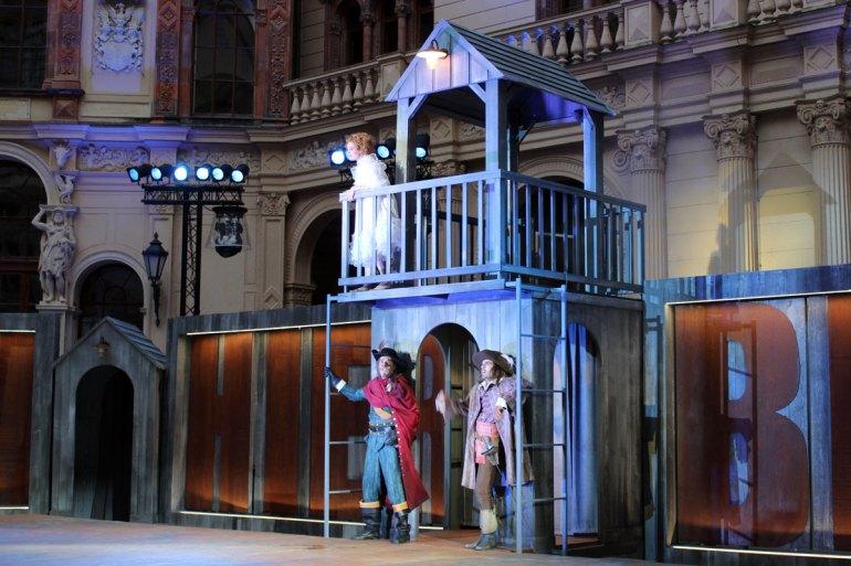 Vor herrschaftlicher Kulisse buhlt Cyrano um seine Liebe