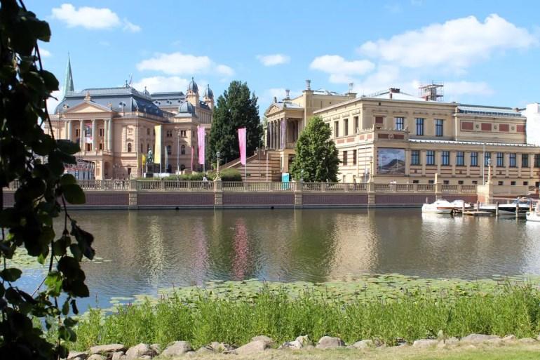 Das Staatliche Museum und das Mecklenburgische Staatstheater bilden ein Ensemble mit dem Schloss