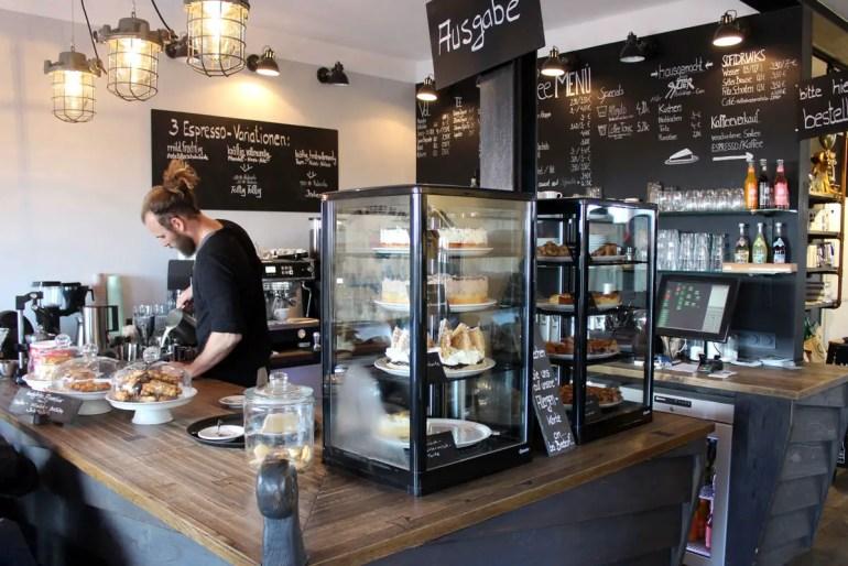 Leckerer Kaffee in modernem Ambiente: die Kaffeerösterei Sylt in Rantum