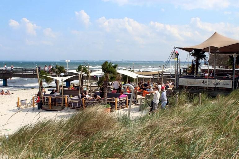In der Beachlounge in Scharbeutz kannst du deinen Drink mit Meerblick genießen