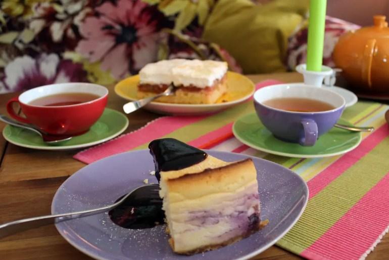 Hausgemachten Kuchen gibt's im Hofcafé Klein'er Kuhstall in Tinnum