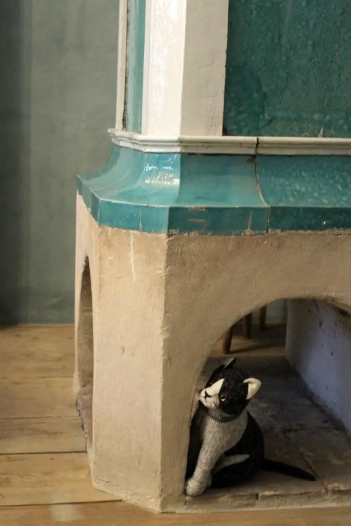 Sinn für Details: Kamin mit Katze
