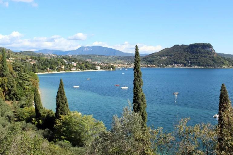 Von der Küstenstraße gibt es immer wieder tolle Ausblicke wie hier auf Garda