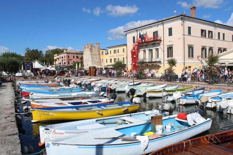 Im Zentrum von Bardolino liegen die Boote im Hafen
