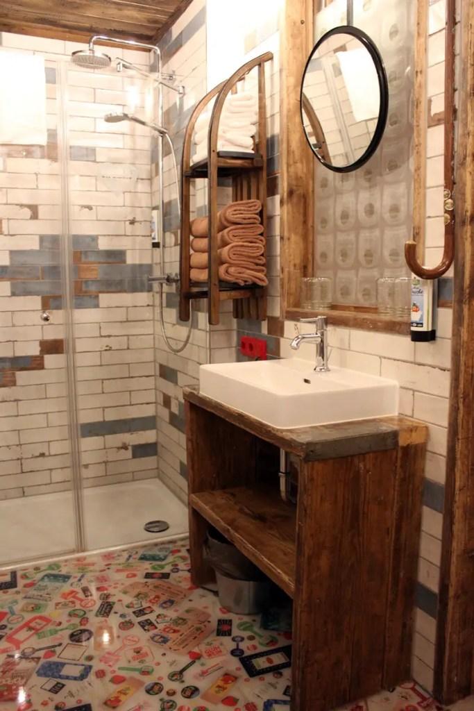 Upcycling auch im Bad: vom Schlitten als Regal bis zum Spazierstock als Handtuchhalter