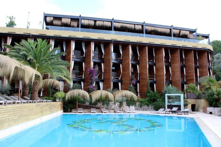Die Zimmer ordnen sich rund um den Pool an