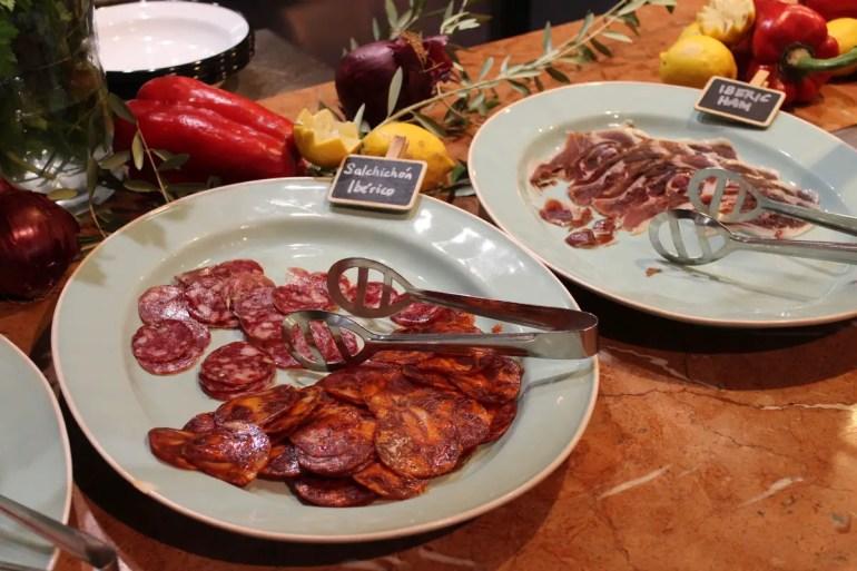 Zum Frühstück gibt's leckere spanische Wurst