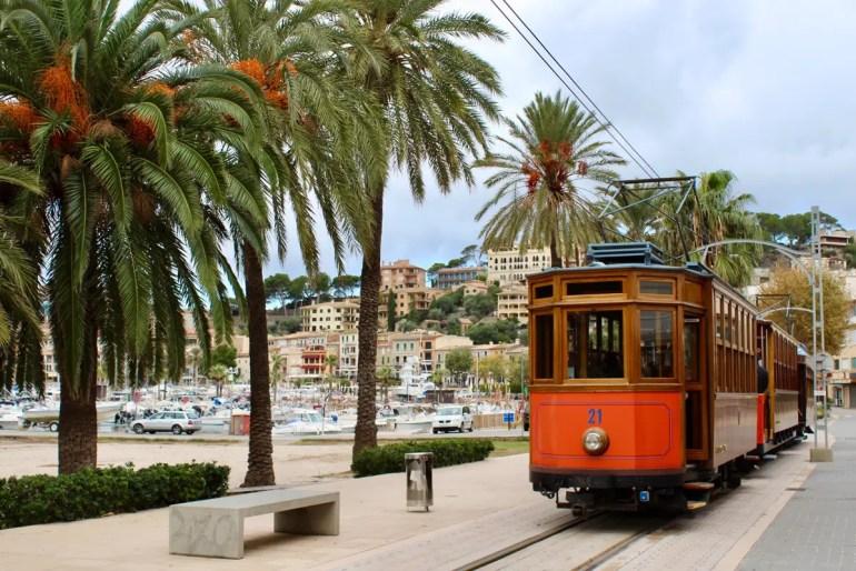 Die fotogene historische Straßenbahn verbindet den Hafen von Sóller mit der Stadt
