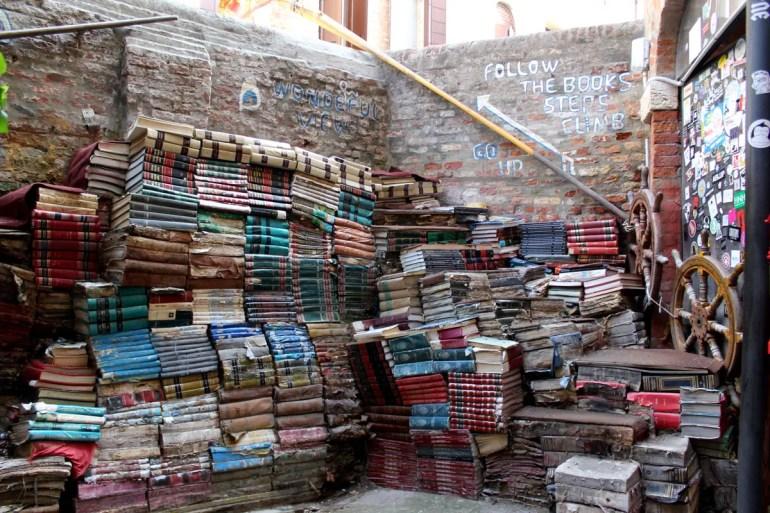 Meistfotografiert: die Bücherstapel in der Libreria Acqua Alta