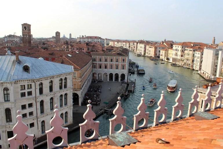 Von der Dachterrasse der Fondaco dei Tedeschi kannst du den Blick auf den Canale Grande und die Stadt genießen