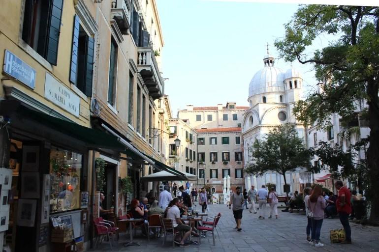 Außerhalb der touristischen Zentren findest du auch in Venedig gemütliche kleine Plätze