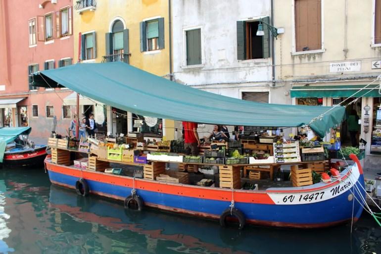 Das Gemüseboot kennt fast jeder Venezianer