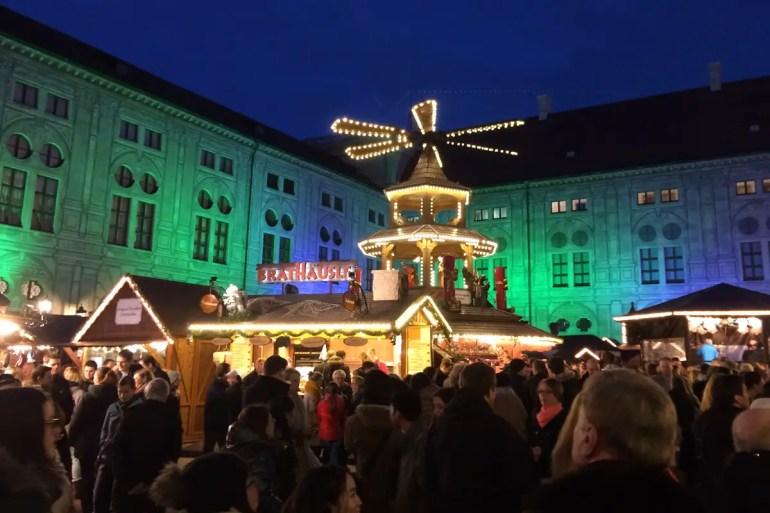 Besonders am Abend schön: der Christkindlmarkt in der illuminierten Münchner Residenz