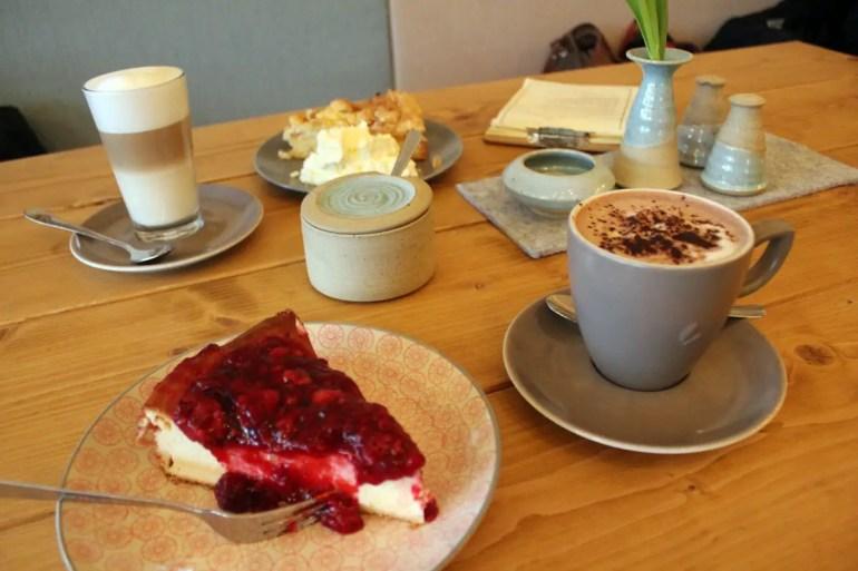 Lecker: Kaffee und Kuchen im Café Cake