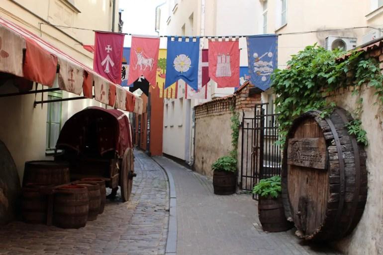 Rigas Altstadt wird durch kleine Gassen bestimmt. Hier wehen die Flaggen der Hanse.