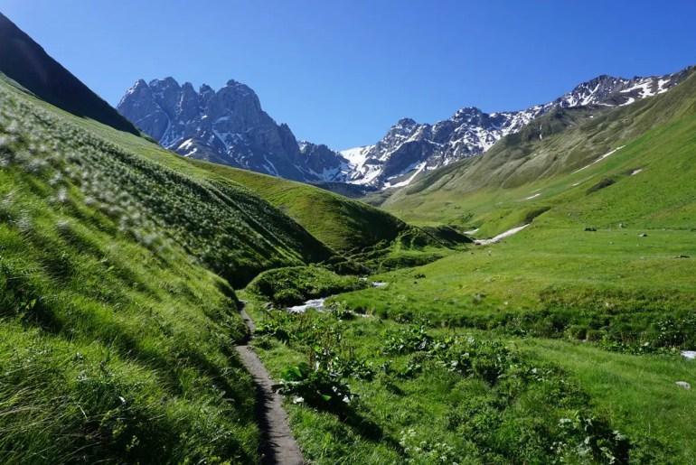 Atemberaubende Bergblicke im Tal von Juta (Foto: Living Upside Down)