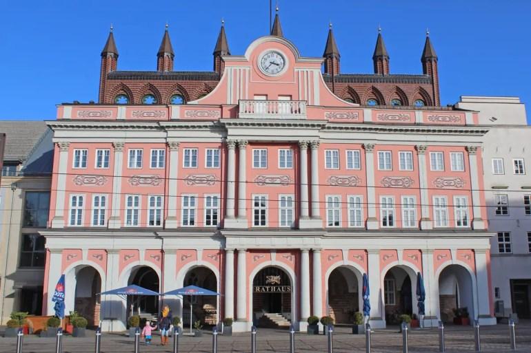 Das Rostocker Rathaus am Neuen Markt ist eines der Wahrzeichen der Stadt
