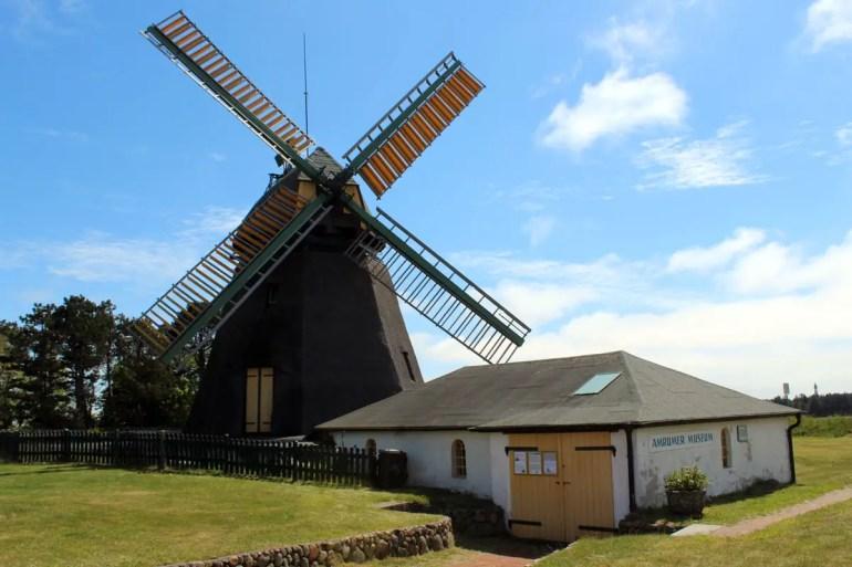 Die letzte Windmühle auf Amrum steht in Nebel