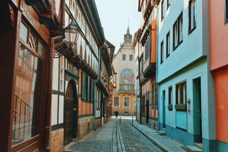 Die hübschen Fachwerkgässchen von Quedlinburg sind typisch für den Harz (Credit: Unsplash | Reiseuhu)