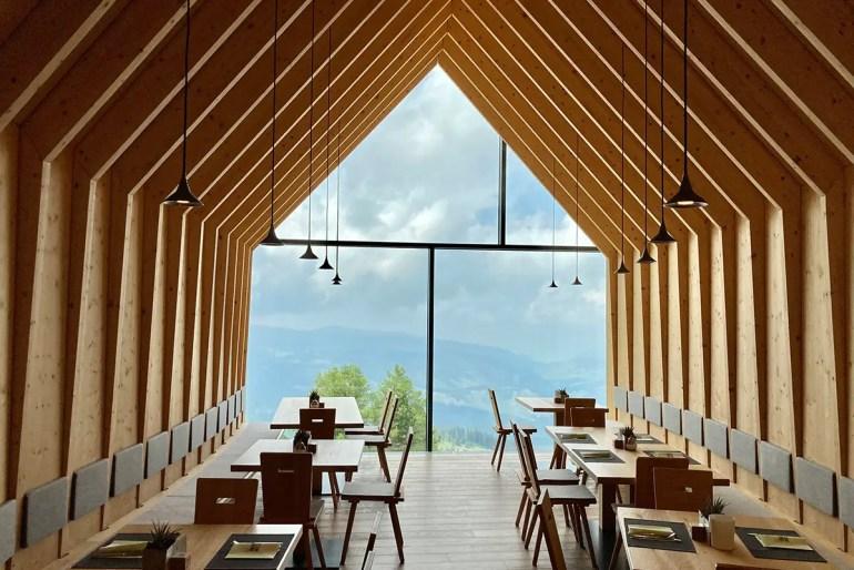 Die Berghütte Oberholz bietet spannende Architektur und Ausblick auf die umliegenden Gipfel