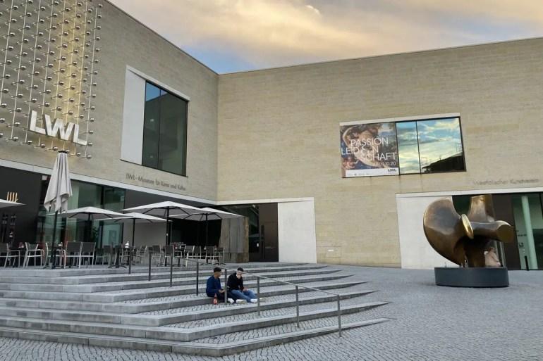 Die Fassade des LWL Museum für Kunst & Kultur wird abends selbst zum Kunstwerk