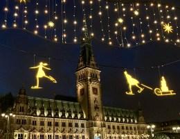 Das Hamburger Rathaus erleuchtet im Advent 2020 im neuen Look
