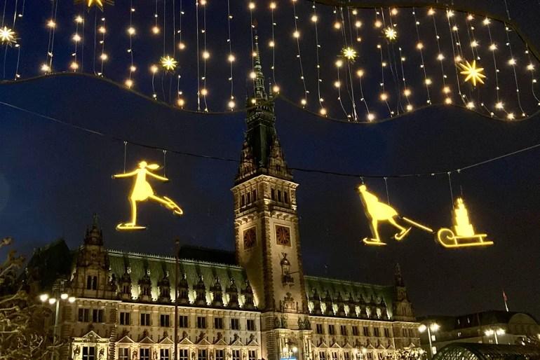 Das Hamburger Rathaus leuchtet im Advent 2020 im neuen Look