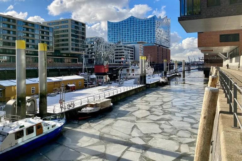 Der Winter in Hamburg mit seinen frostigen Temperaturen lässt auch das Wasser im Traditionshafen gefrieren
