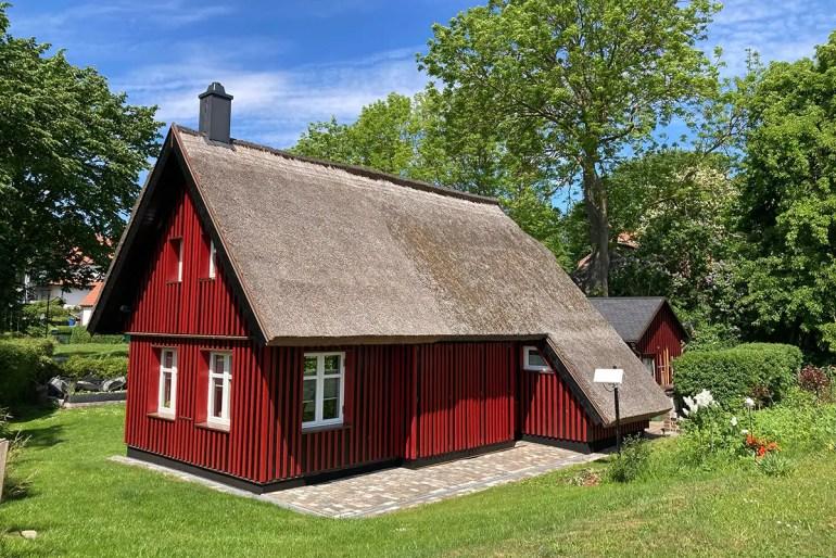 Auf Hiddensee findest du viele hübsche Reetdachhäuschen wie hier in Kloster
