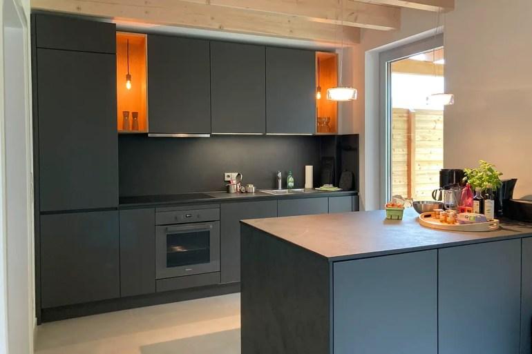 Die moderne Küche im Ferienhaus Strandgrau in Zinnowitz ist komplett ausgestattet