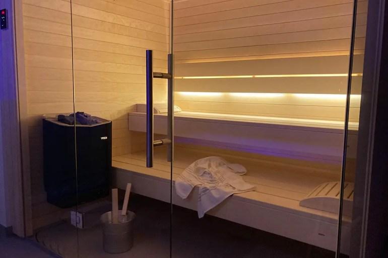 Einfach genial: das private Spa mit Sauna und Wellnesswanne im Strandgrau