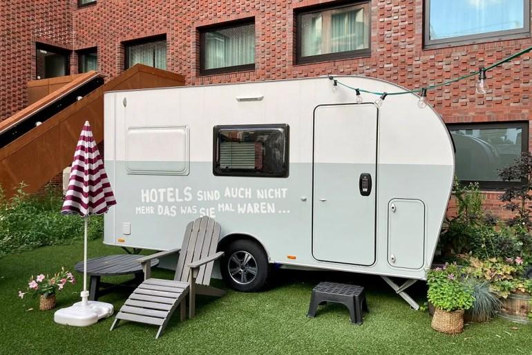 Camping mitten in der HafenCity? Das PIERDREI Hotel macht es mit seiner Camper City möglich