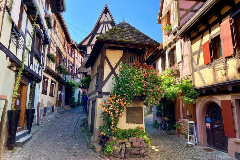 Eguisheim zählt mit seinen hübschen Gässchen entlang der alten Stadtmauer zu den schönsten Orten im Elsass