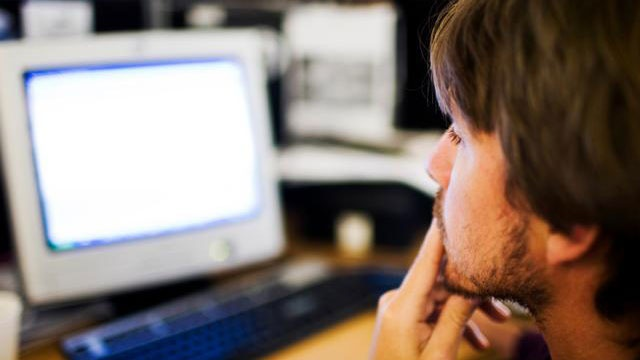 man looking at computer screen_2049928645714814-159532