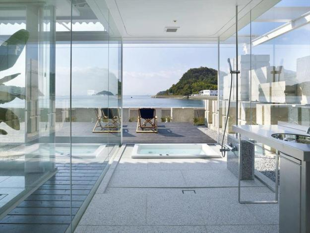 Bathroom with terrace front sea.