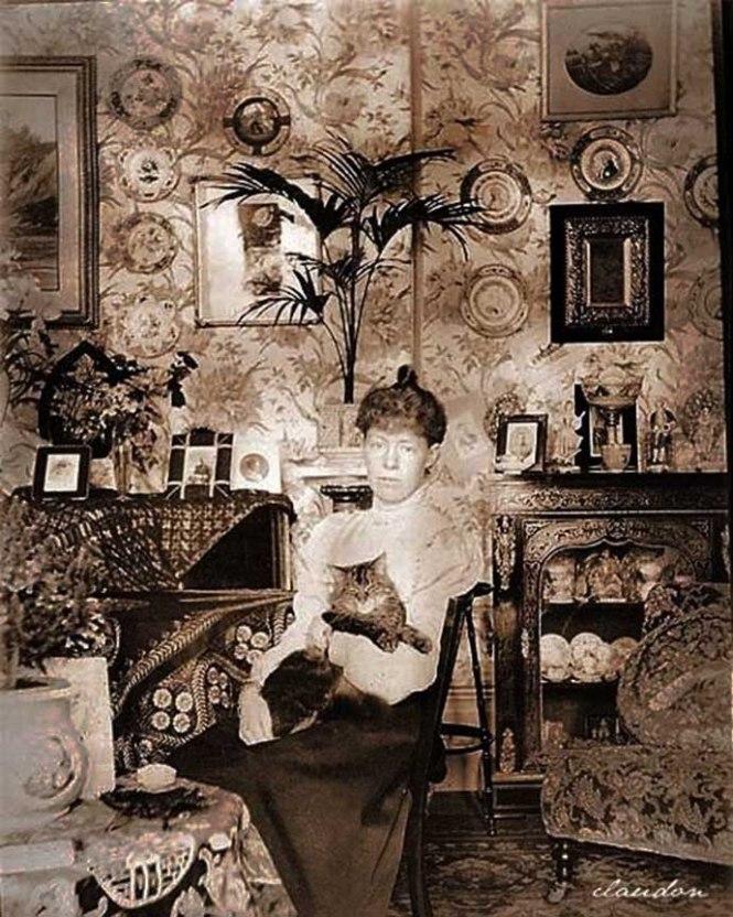 victoriaans-interieur-drawing-room-dame-met-kat