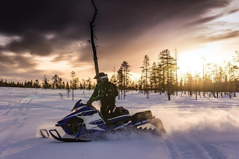 homme sur motoneige - activité d'hiver