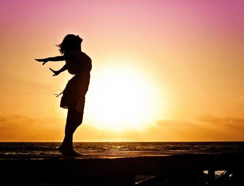 femme-bonheur-partir apres le coronavirus