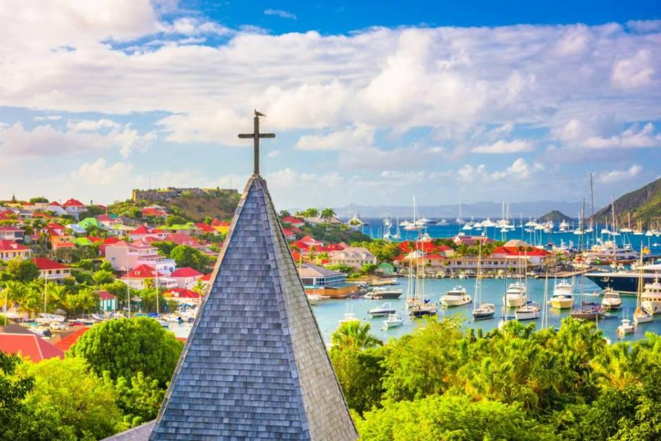 Île de Saint-Barthélemy ville clocher et croix vue sur le port de Saint-Barth