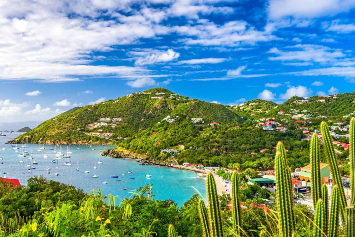 île de saint-barthélemy - vue globale de l'île eau turquoise plage et ville
