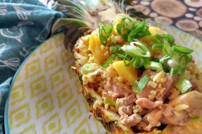 Oosterse gebakken rijst met ananas en kip