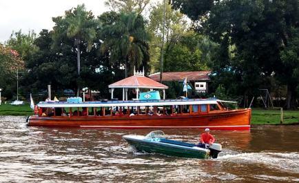Fähre und Boot