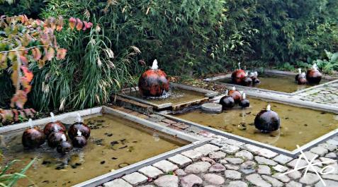 Stein Springbrunnen in den Gärten der Welt