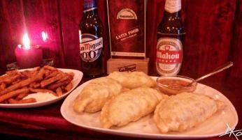Vier Empanadas und eine große Portion Süßkartoffel Pommes